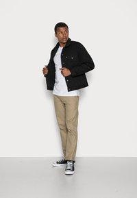 Levi's® - TYPE 3 SHERPA TRUCKER - Light jacket - back denim - 1