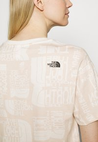 The North Face - DISTORTED LOGO CROP TEE - Camiseta básica - vintage white - 5