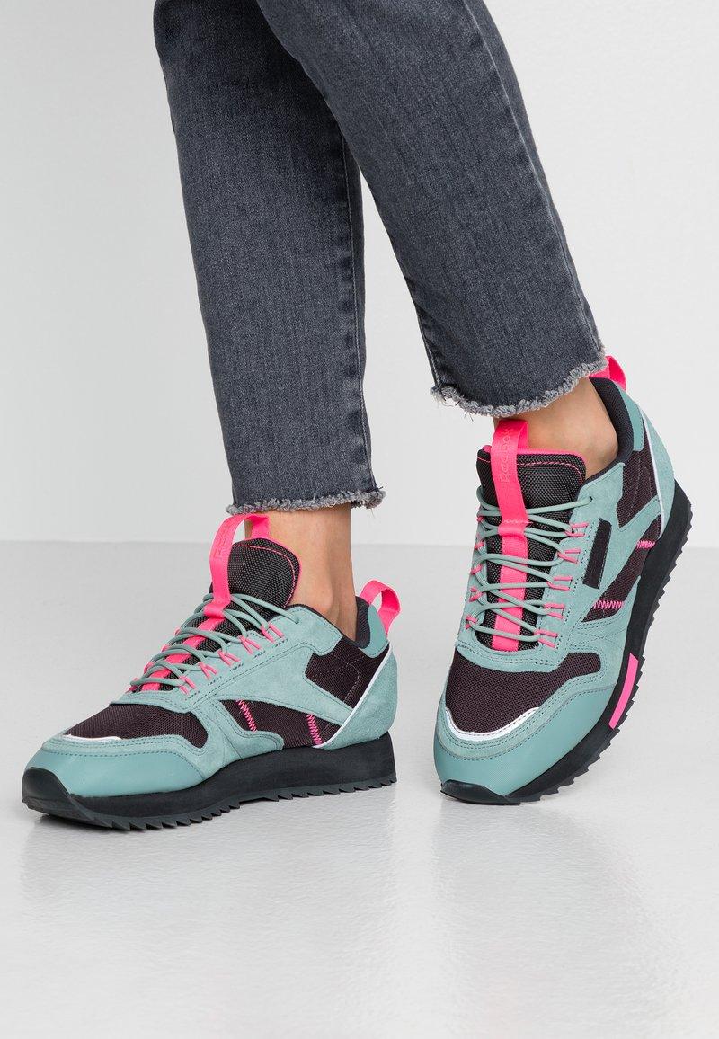 Reebok Classic - RIPPLE TRAIL - Sneakersy niskie - green slash/triple grey/solar pink