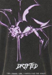 Tigha - SPIDER LESSIO - T-shirt med print - vintage black - 2