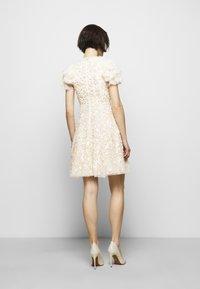 Needle & Thread - SHIRLEY RIBBON MINI DRESS - Koktejlové šaty/ šaty na párty - champagne - 2