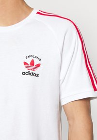 adidas Originals - STRIPES SPORTS INSPIRED SHORT SLEEVE TEE UNISEX - Print T-shirt - white/scarle - 5