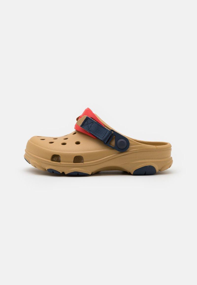 Crocs - CLASSIC ALL TERRAIN CLOG - Zuecos - tan/multicolor