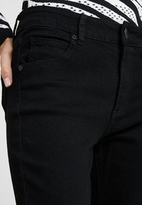 Cotton On - MID RISE GRAZER  - Jeans Skinny Fit - core black - 4