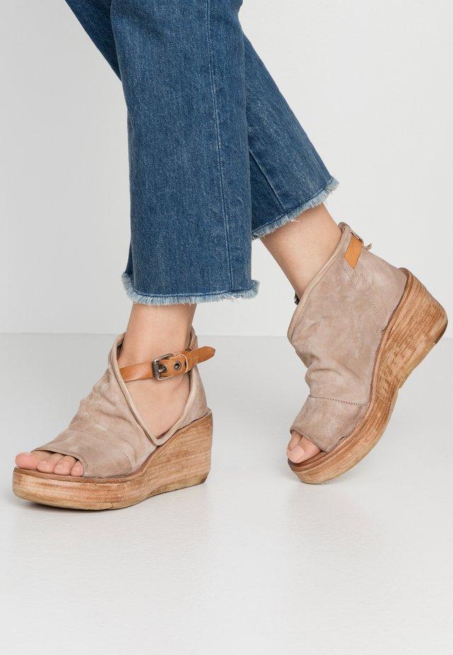 Korkeakorkoiset sandaalit - dust
