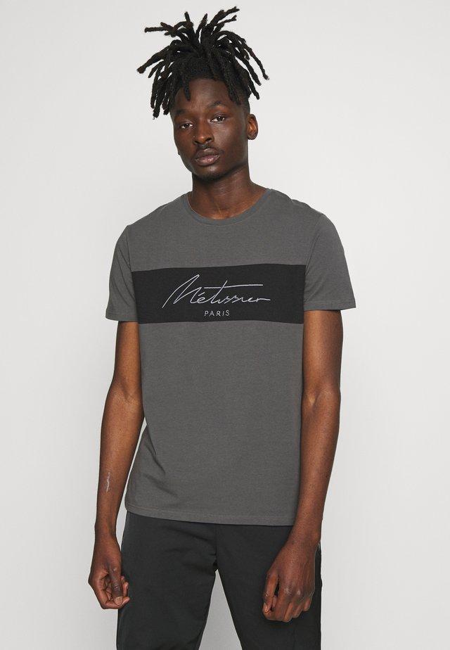 METISSIER ARKEN - Camiseta estampada - charcoal
