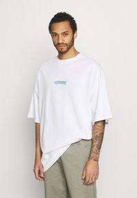 Weekday - MEGA OVERSIZED - T-shirt med print - white light - 0