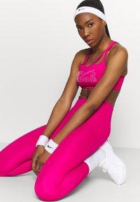 Nike Performance - INDY ICONCLASH BRA - Brassières de sport à maintien léger - fireberry/white - 3