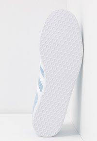 adidas Originals - GAZELLE - Sneakersy niskie - clear sky/footwear white/gold metallic - 4