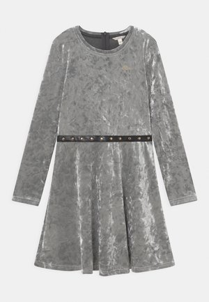 JUNIOR STRETCH DRESS BELT - Denní šaty - grey pearl