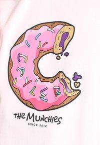 Cayler & Sons - LOS MUNCHOS TEE - Print T-shirt - light pink - 6