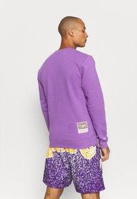 Mitchell & Ness - NBA LOS ANGELES LAKERS WARM UP PASTEL CREW - Squadra - purple - 2