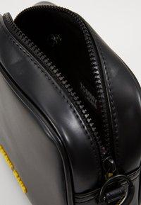 Tommy Jeans - NEW CROSSOVER - Taška spříčným popruhem - black - 3