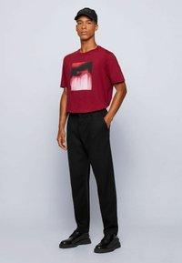 BOSS - TIRIS  - T-shirt imprimé - dark red - 1