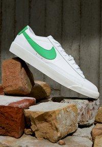 Nike Sportswear - BLAZER - Tenisky - white/green spark/sail - 2