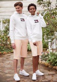 Tommy Hilfiger - ONE PLANET HOODY UNISEX - Sweatshirt - white - 1