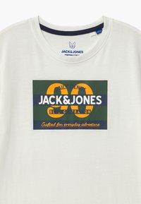 Jack & Jones Junior - JORTONNI TEE CREW NECK - Print T-shirt - cloud dancer - 2