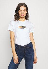 Tommy Jeans - CAMO SQUARE LOGO TEE - Print T-shirt - white - 0