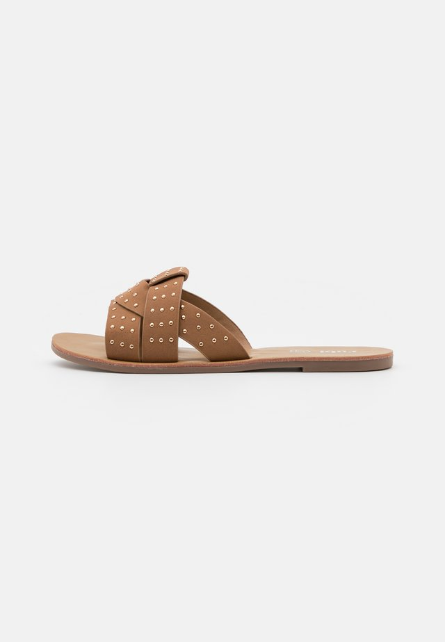 LUNA STUDDED INTERLOCK SLIDE - Matalakantaiset pistokkaat - tan