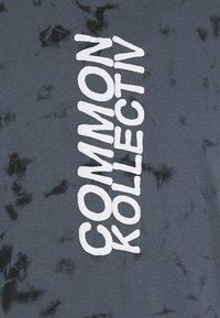 Common Kollectiv - ESSENSTIALS TIE DYE TRACKSUIT UNISEX - Print T-shirt - black - 5