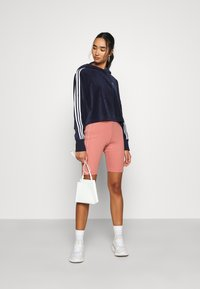 adidas Originals - ADICOLOR SPORTS INSPIRED LOOSE HOODED - Mikina s kapucí - collegiate navy/white - 1