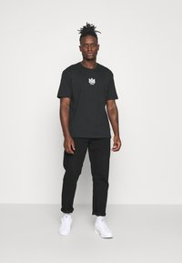 adidas Originals - TEE UNISEX - T-shirts print - black/white - 1