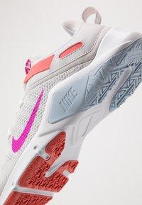 Nike Performance - LEGEND ESSENTIAL - Kuntoilukengät - vast grey/fire pink/magic ember/hydrogen blue/white - 5