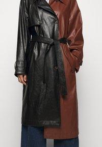 DESIGNERS REMIX - TALIA - Trenchcoat - black/brown - 6