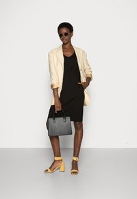 Selected Femme - SLFCARO TUNNI 3/4 SHORT DRESS B NOOS - Vapaa-ajan mekko - black - 1