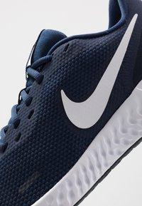 Nike Performance - REVOLUTION 5 - Zapatillas de running neutras - midnight navy/white/dark obsidian - 5