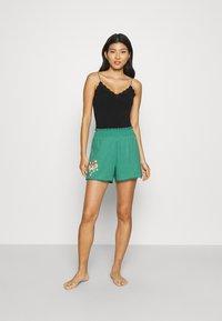 women'secret - SHORT PANT - Pyjama bottoms - green - 1