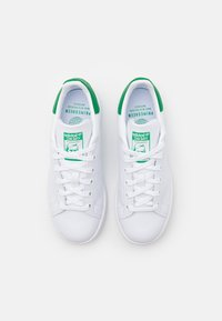 adidas Originals - SUSTAINABLE STAN SMITH UNISEX - Sneakers laag - footwear white/green - 3