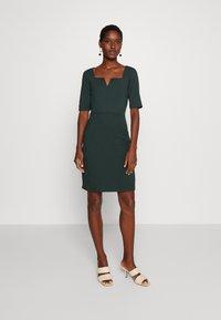 Anna Field - Pouzdrové šaty - scarab - 0
