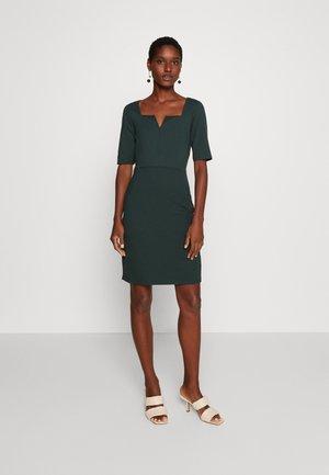 Pouzdrové šaty - scarab
