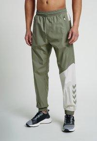 Hummel - HMLSULLIVAN PANTS - Trainingsbroek - vetiver - 0