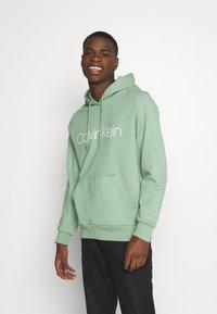 Calvin Klein - LOGO HOODIE - Sweatshirt - green - 0