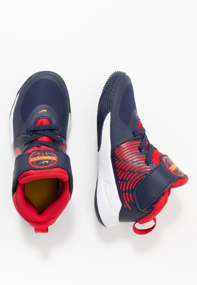 TEAM HUSTLE 9 UNISEX  - Basketball shoes - midnight navy/university red/white