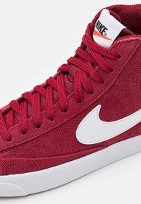 Nike Sportswear - BLAZER MID '77 UNISEX - Zapatillas altas - team red/white/black - 5