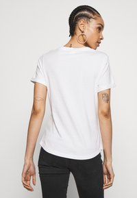 Scotch & Soda - FITTED TEE WITH CHEST ARTWORK - T-shirts med print - offwhite - 2