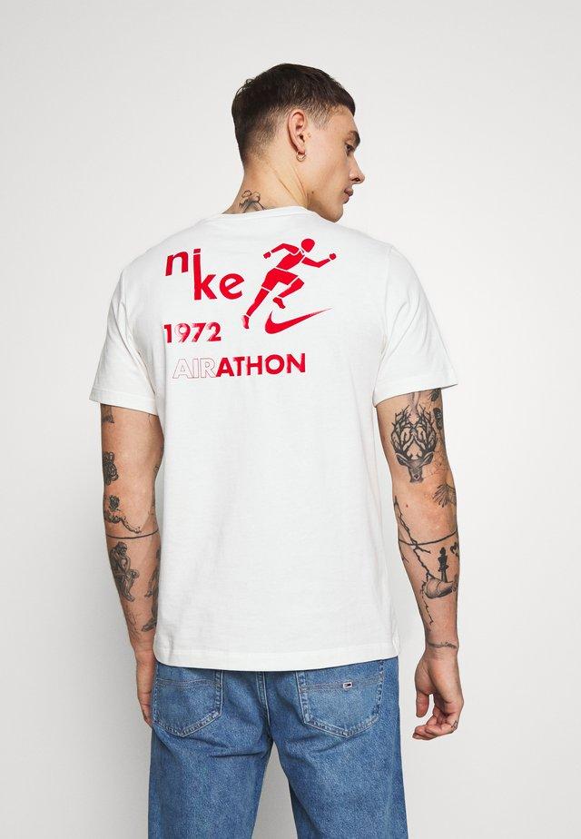 TEE AIRATHON - Print T-shirt - sail
