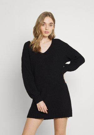 OPEN VEE HILO SWEATER DRESS - Strikket kjole - black