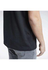 Reebok Classic - CLASSICS SPLIT VECTOR T-SHIRT - Print T-shirt - black - 6