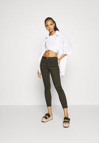 Vero Moda - VMTANYA PIPING ZIP - Jeans Skinny Fit - peat - 1