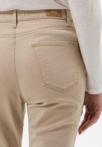 BRAX - STYLE CAROLA - Jeans Slim Fit - sand - 4