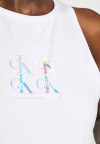 Calvin Klein Jeans - SHINE LOGO RACER BACK - Linne - bright white - 4