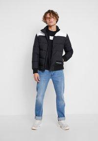Calvin Klein Jeans - SMALL INSTIT BOX REGULAR - Felpa - black - 1