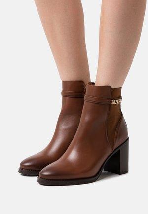BLOCK BRANDING BOOT - Kotníková obuv na vysokém podpatku - pumpkin paradise