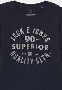 Jack & Jones Junior - JJEJEANS CREW NECK  - Longsleeve - navy blazer - 2
