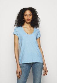 DRYKORN - AVIVI - Basic T-shirt - blau - 0