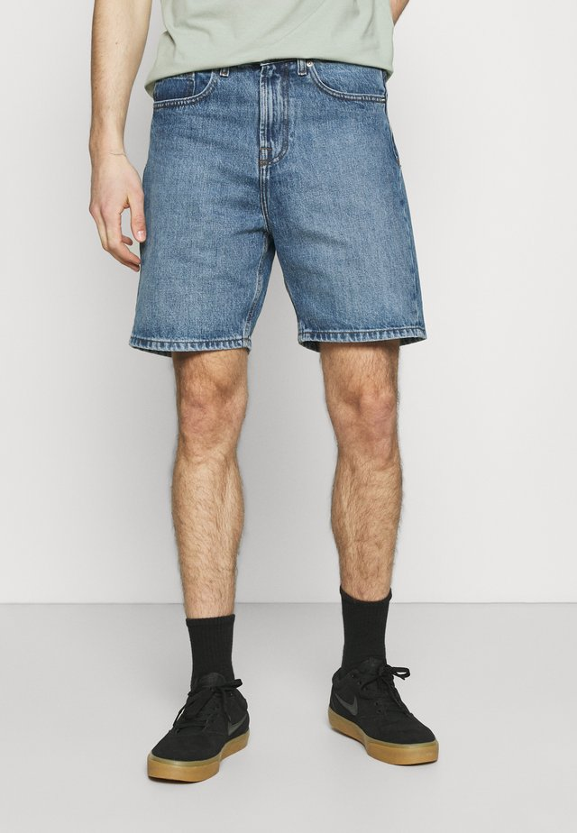 CLASSIC DAD - Shorts di jeans - light wash